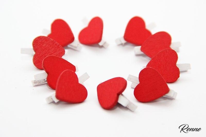 אטבי לב אדומים