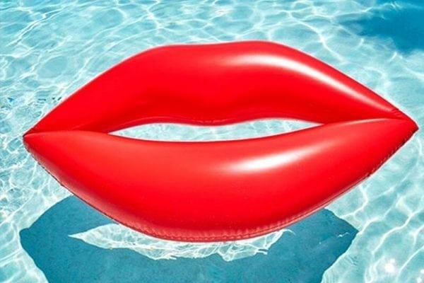 מזרן בריכה שפתיים